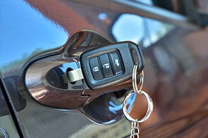 automotive locksmiths fix car key broken in the car door