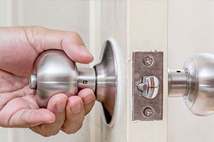 residential locksmiths unocking your house door